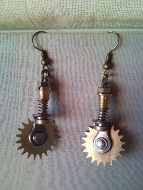 Steampunk pizza cutter earrings with turnable wheels 2.